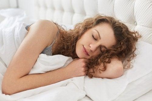 La meilleure manière de combattre la fatigue pendant l'allaitement est d'avoir une alimentation riche en protéines et en vitamines.