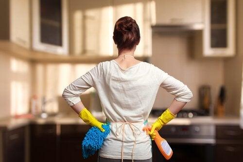 Une femme vient de venir le nettoyage de sa maison
