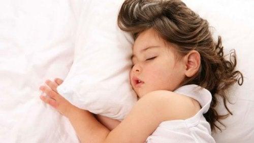 Une fille fait la sieste