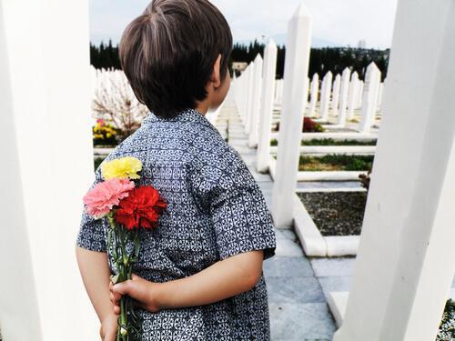 Un enfant au cimetière