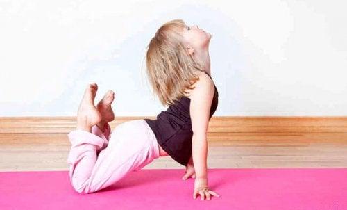 Les exercices de relaxation pour enfants leur permettent de prendre conscience de leur schéma corporel en même temps qu'ils se détendent.