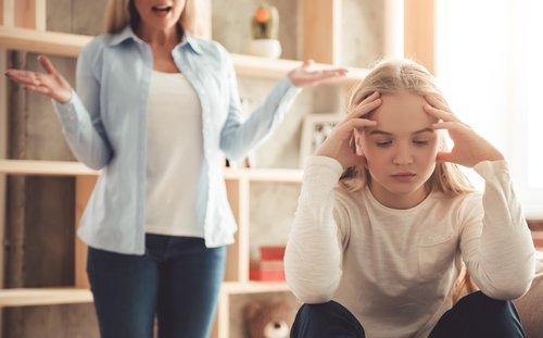 Une mère dispute sa fille
