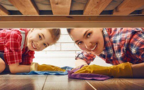 Une mère et sa fille nettoient ensemble.