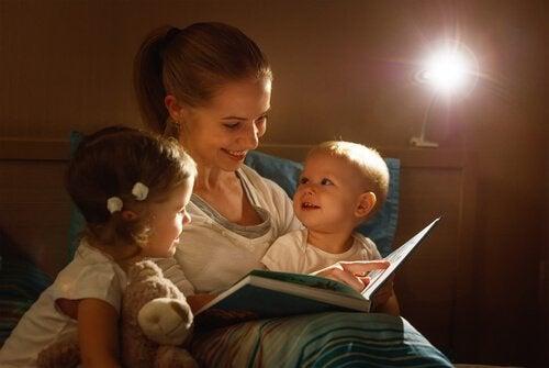 Lire une histoire du soir permet aux enfants de se sentir aimés et en sécurités dans les bras de maman ou papa.