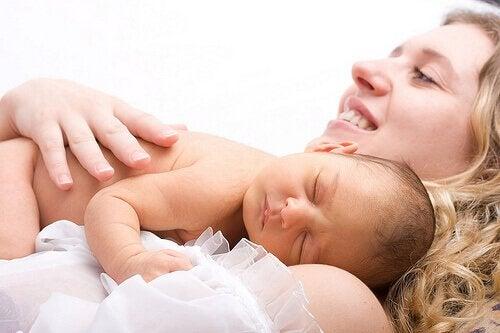 Une mère passe du temps avec son enfant