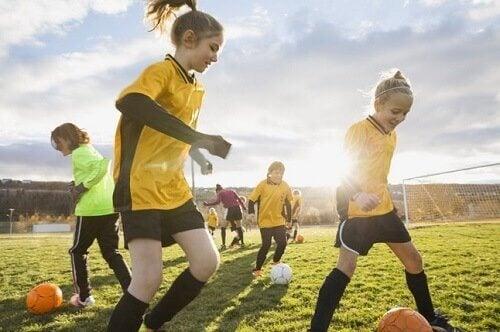 Apprendre aux enfants à s'estimer peut se faire à travers la pratique d'un sport ou d'une activité physique.