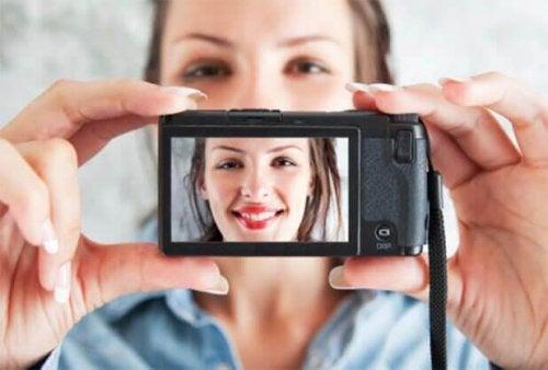 Une femme prend un selfie