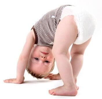 A partir du dixième mois de vie du bébé, il peut commencer déjà à se mettre et faire quelques tentatives de marche.