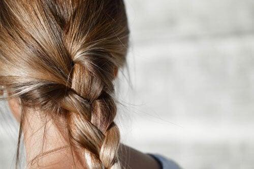 Se laver les cheveux tous les jours les maintient dans un état propre et brillant, libre de toute poussière ou résidus.