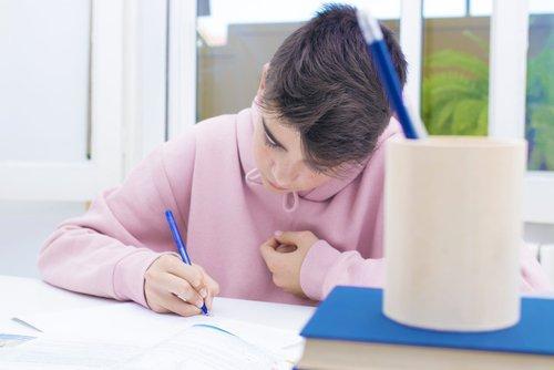 Un adolescent écrit une histoire
