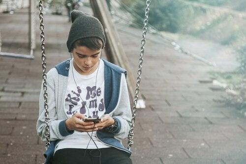 Les mères d'adolescents peuvent être confrontées à la dépendance ou à l'utilisation excessive de leurs enfants envers internet et les réseaux sociaux.
