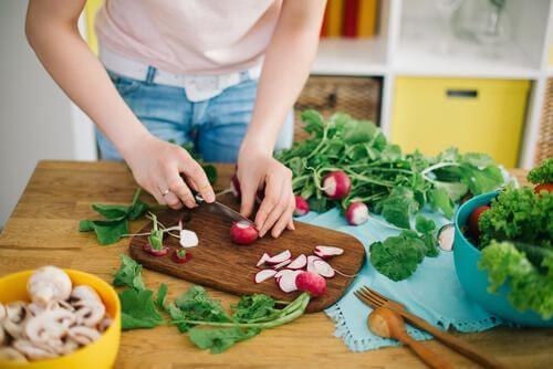 L'alimentation saine et riche en oméga-3 fait partie des habitudes favorisant la fertilité.
