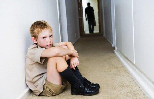 L'anxiété chez les enfants doit être prises en compte par les adultes qui l'entourent, tels que les parents et les enseignants.