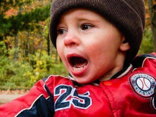Un bébé pleure