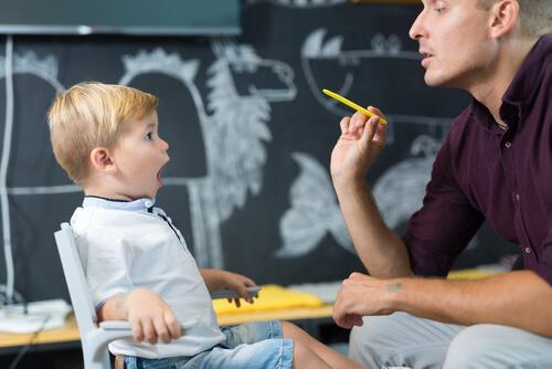Un enfant en session d'orthophonie
