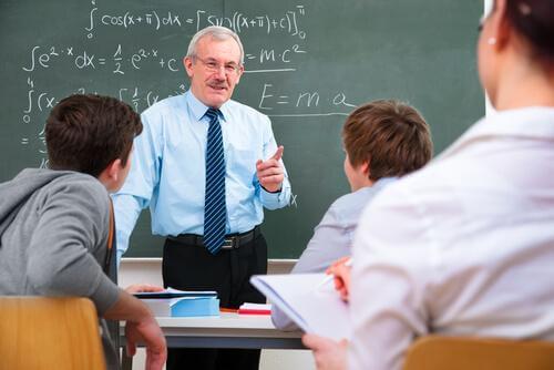 Un professeur enseigne les maths