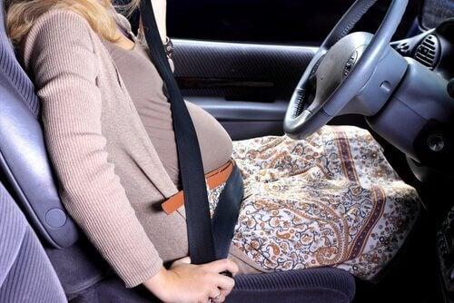 Une femme enceinte prend sa voiture