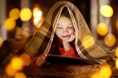 Un enfant regarde un film
