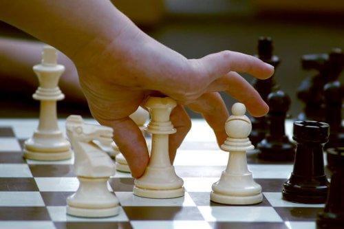 Un enfant joue aux échecs