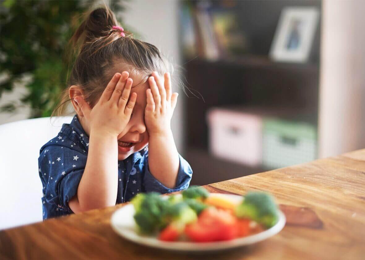 Cuisiner et faire les courses avec l'enfant l'encouragera à essayer de nouveaux aliments.
