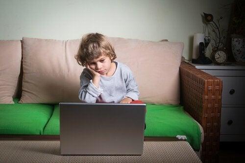 Un enfant s'ennuie devant sa tablette