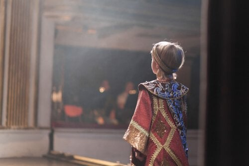 Le théâtre pour enfants encourage l'expression verbale et corporelle des petits.