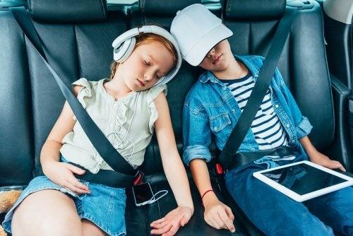 Distraire les enfants lors de longs voyages avec des jeux tels que les devinettes, les histoires, etc.