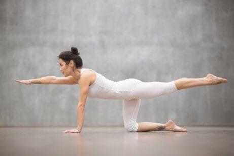 Une femme s'exerce pour renforcer son dos
