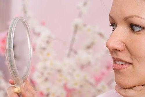 Il est indispensable d'adopter un mode de vie sain pour réduire l'acné pendant la grossesse.