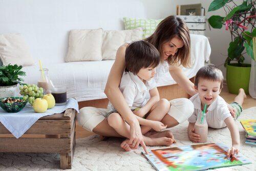 Une femme s'occupe de ses enfants