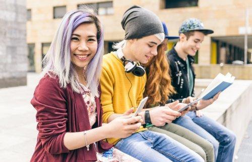 La mode et les groupes urbains font partie de la crise d'identité à l'adolescence.
