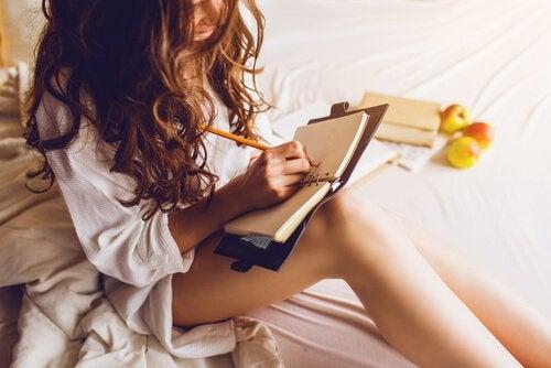 Ecrire dans un journal intime est un bon exercice de relaxation. Cela permet de se libérer de tensions et mauvais souvenirs de la journée.