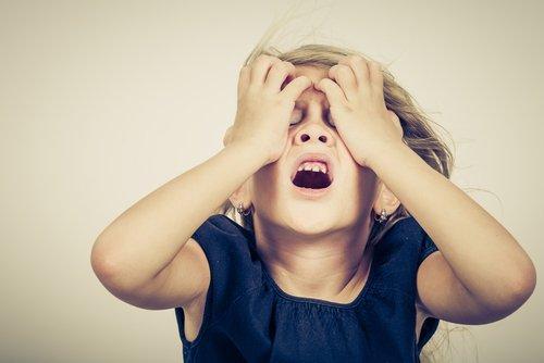 L'anxiété chez les enfants peut se manifester par des peurs intenses, de l'agitation et de la nervosité.