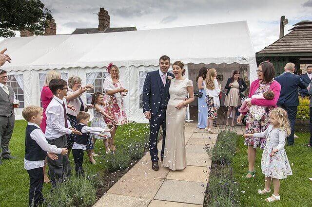 Impliquer les enfants dans le mariage à travers le choix du gâteau ou du menu de la fête.