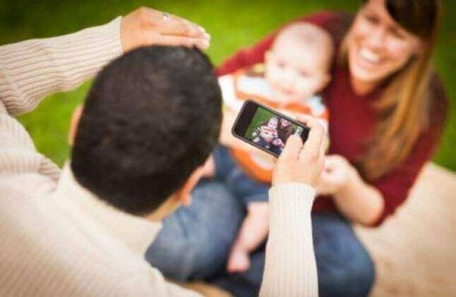 Des parents prennent une photo avec leur bébé