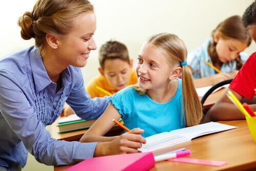Une maîtresse aide son élève