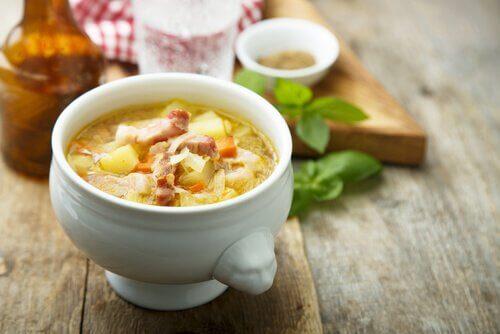 La soupe aux légumes et au jambon est une des recettes de grand-mère alliant le plaisir et l'équilibre alimentaire.
