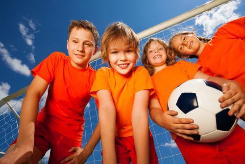 Des enfants jouent au football