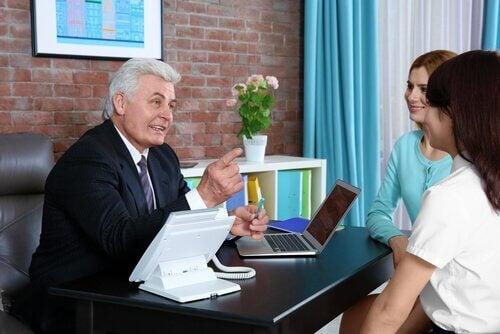 Un entretien avec le professeur de l'enfant et ses parents est utile pour accompagner le jeune dans son processus d'apprentissage.