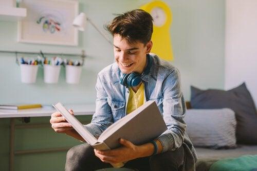 Un ado heureux lit un livre