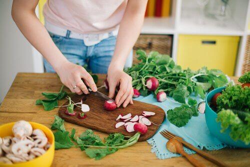 Préparer les repas à la maison avec les enfants permet de leur apprendre à manger sainement.