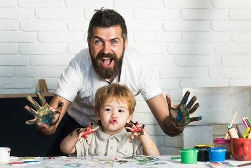 Un père et son fils peignent avec les doigts