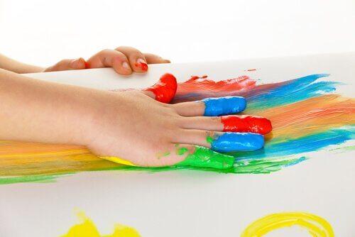 Un enfant peint avec sa main