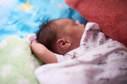 L'odeur du bébé à la naissance est due à un mélange de vernix caseosa et de restes de liquides amniotique.