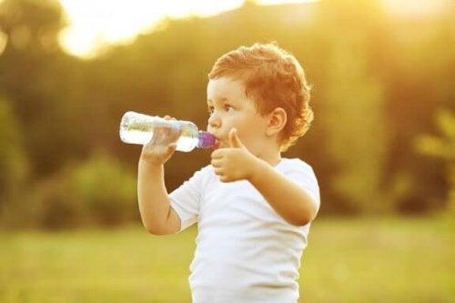 Comment apprendre à mon bébé à boire au verre ?