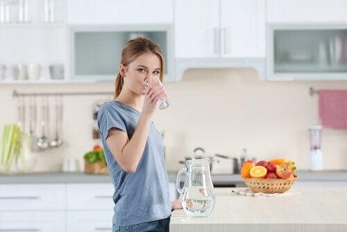 Boire beaucoup d'eau est essentiel pour maintenir la peau hydratée et en bonne santé.
