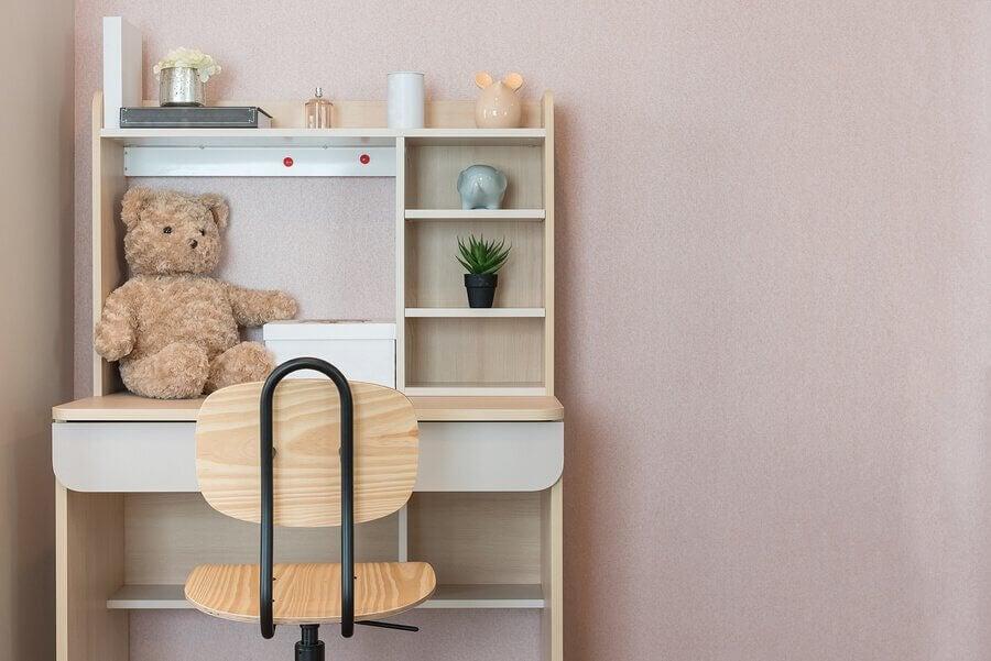Si l'on veut décorer le bureau des enfants, il est important de ne pas le charger de meubles et de couleurs trop différentes.