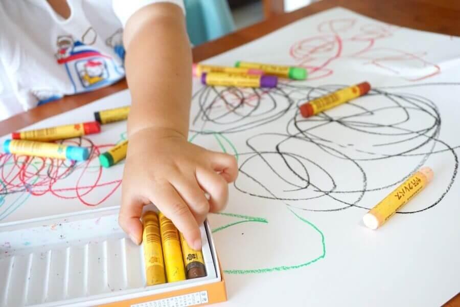 Il est possible d'interpréter les couleurs des dessins des enfants et d'en savoir plus sur leur personnalité.