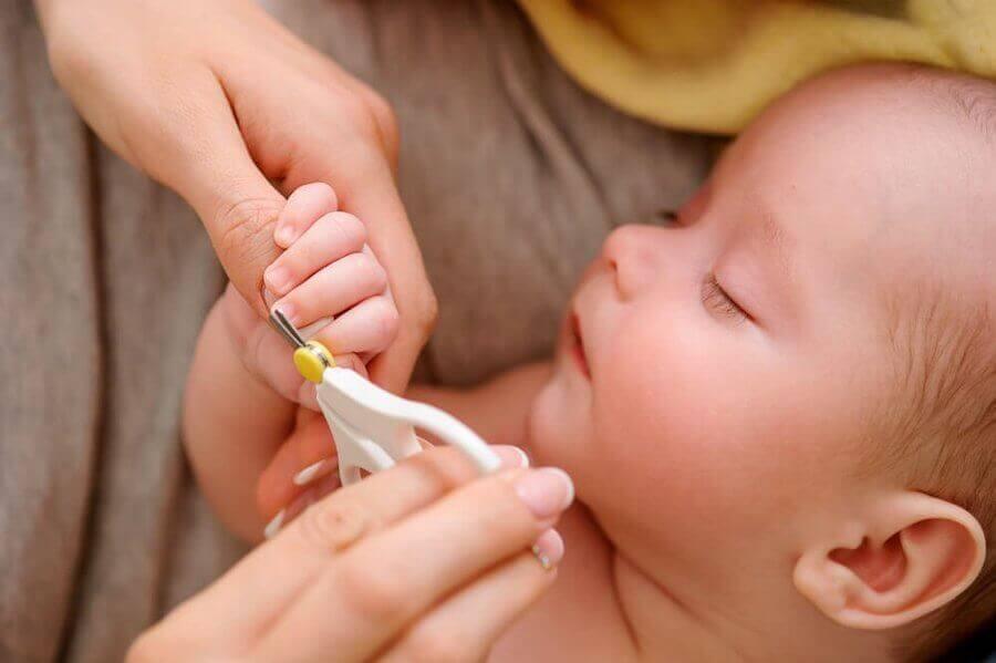Pour prévenir les ongles incarnés, il faut couper les ongles en ligne droite.