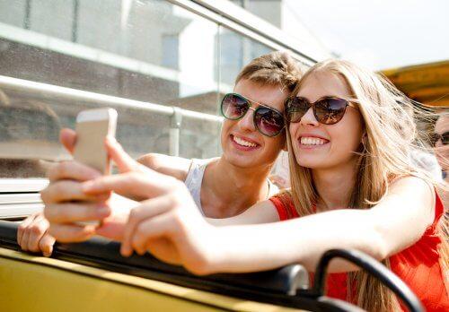 Un couple d'ados prennent un selfie